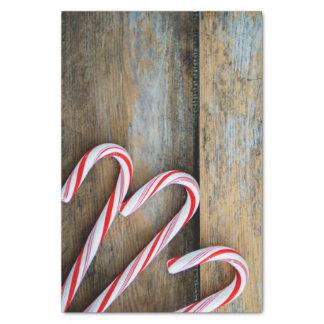 Papel De Seda Madeira rústica com os bastões de doces do Natal