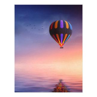 Papel Timbrado Balão de ar quente sobre o oceano no por do sol