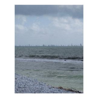 Papel Timbrado Litoral da praia com os veleiros no horizonte