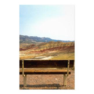 Papelaria A opinião do banco em colinas pintadas negligencia