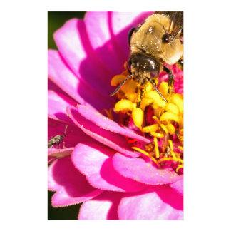 Papelaria abelha e inseto que estão em uma flor roxa