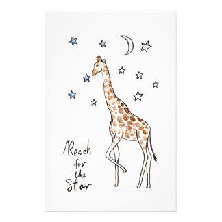 Papelaria alcance do girafa para a estrela