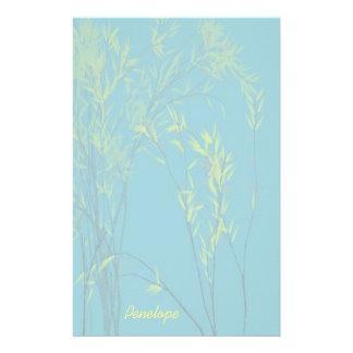 Papelaria As árvores Wispy azuis com folhas amarelas