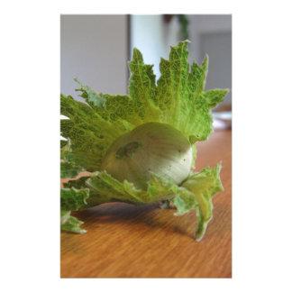 Papelaria Avelã verdes frescas em uma mesa de madeira