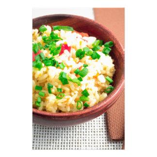 Papelaria Bacia de Brown com uma parcela de arroz cozinhado