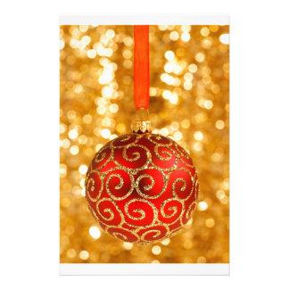Papelaria Bauble vermelho do Natal no ouro