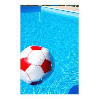 Papelaria Bola de praia que flutua na água na piscina