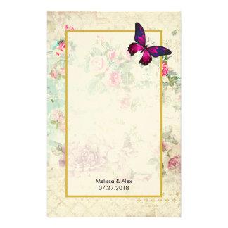Papelaria Borboleta cor-de-rosa e rosas gastos do vintage