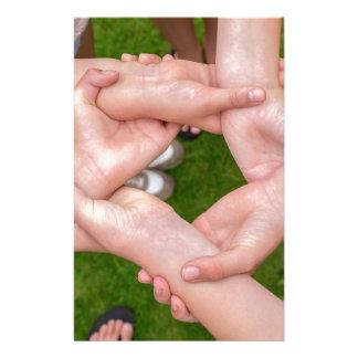 Papelaria Braços com mãos das meninas que guardaram-se