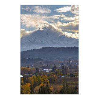 Papelaria Capa coberto de neve do Mt no Outono de Oregon