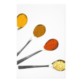 Papelaria Cinco especiarias de tempero em colheres do metal