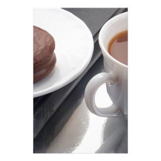 Papelaria Copo branco com cacau e o biscoito com cobertura