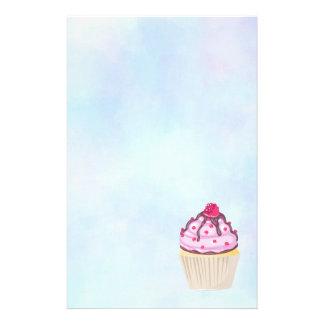 Papelaria Cupcake doce com a framboesa na parte superior
