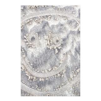 Papelaria Desenho da areia. Smiley face ensolarado na praia