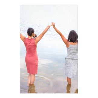 Papelaria Duas mulheres felizes que estão em water.JPG