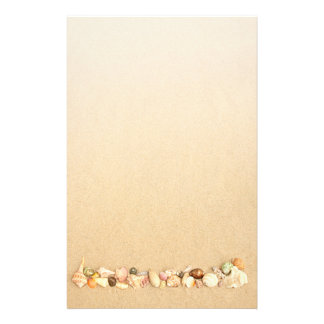Papelaria Fileira dos Seashells na areia da praia