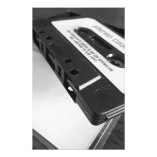 Papelaria Fita da cassete áudio do vintage na mesa de