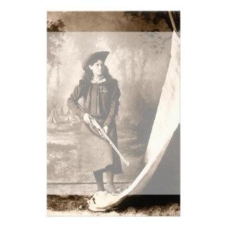 Papelaria Foto do vintage da senhorita Annie Oakley Holding