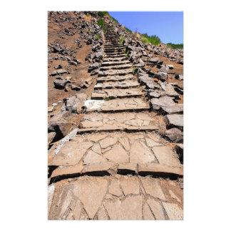 Papelaria Fuga de caminhada que conduz a montanha em Madeira