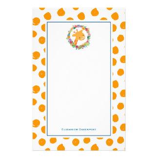 Papelaria Girafa com uma grinalda floral em pontos