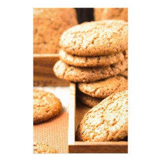 Papelaria Grupo de biscoitos de farinha de aveia na bandeja