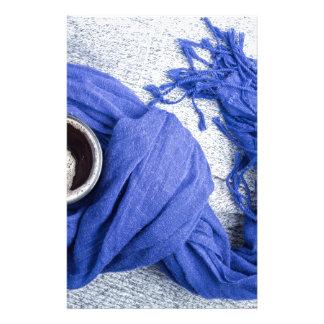 Papelaria Lenço azul amarrado em torno da caneca com café