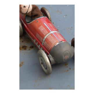 Papelaria Macaco em um carro do brinquedo