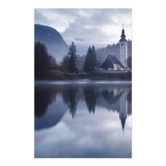 Papelaria Manhã no lago Bohinj em Slovenia