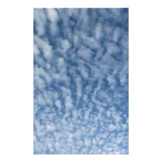 Papelaria Muitas nuvens pequenas macias contra o fundo do