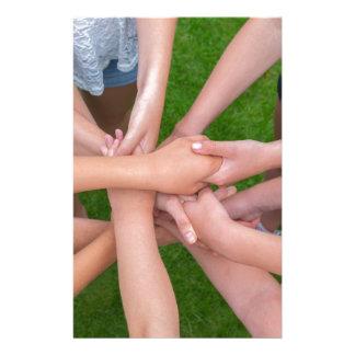 Papelaria Muitos braços das crianças que mantêm as mãos