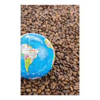 Papelaria Muitos feijões de café inteiros com globo de