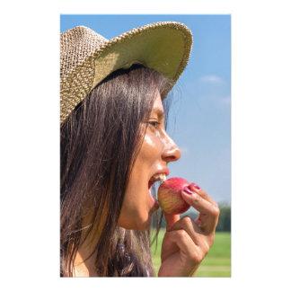 Papelaria Mulher com chapéu que come a maçã vermelha fora