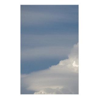 Papelaria Nuvens brancas macias contra o fundo do céu azul