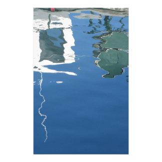 Papelaria O barco de pesca reflete na água
