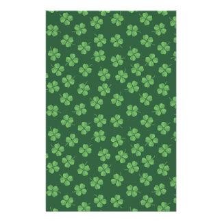 Papelaria O irlandês celta verde quatro folheou trevos St