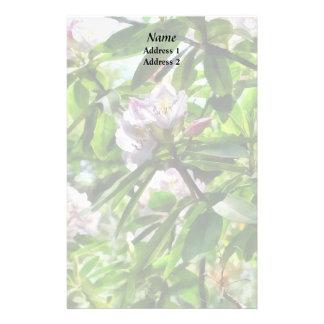 Papelaria Os rododendros estão em produtos do casamento da