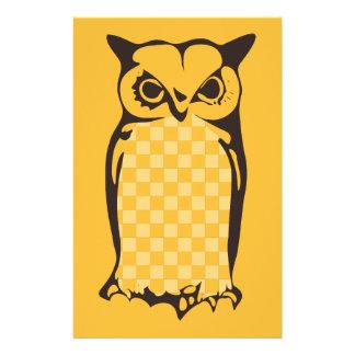 Papelaria Papel-Amarelo escrevendo coruja do tabuleiro de