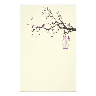 Papelaria Ramo de árvore com gaiola e os pássaros roxos