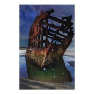 Papelaria Shipwreck de Peter Iredale sob o céu nocturno