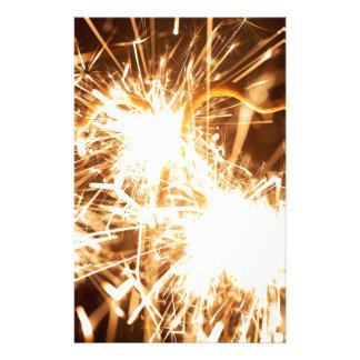 Papelaria Sparkler ardente no formulário de um coração