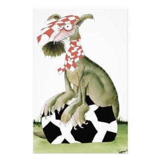 Papelaria suporte feliz do cão do futebol dos vermelhos