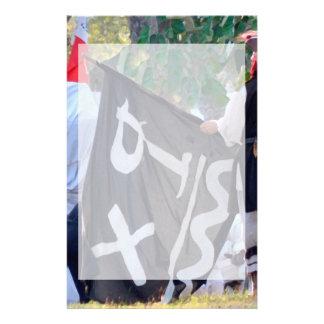 Papelaria tomada abaixo da imagem do poster da bandeira de