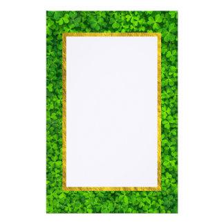 Papelaria Trevos verdes com quadro da folha de ouro do FALSO