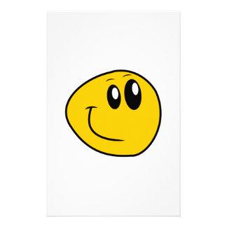Papelaria Um smiley feliz amarelo entortado