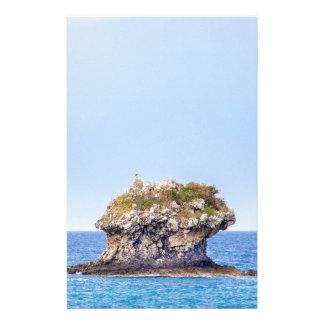 Papelaria Uma ascensão proeminente da rocha do nível do mar