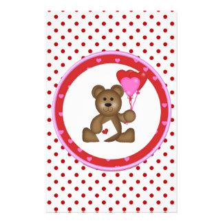 Papelaria Urso bonito com os balões dos namorados e do