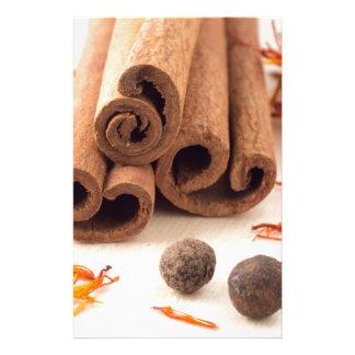 Papelaria Varas de canela, açafrão aromático e pimento