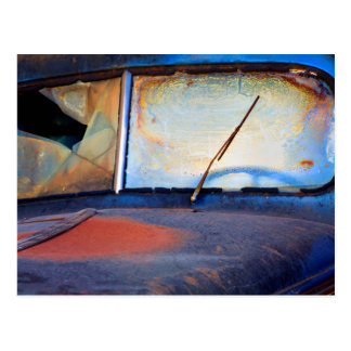 Pára-brisa de um caminhão oxidado velho cartão postal