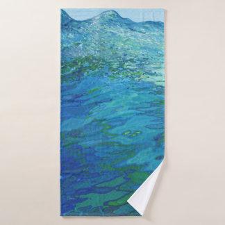Para fora em toalhas de banho da onda de oceano do