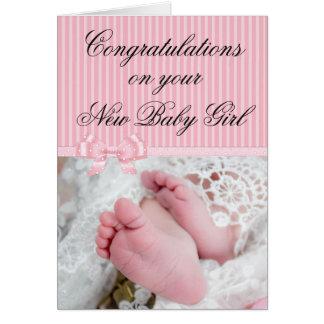 Parabéns em seu cartão novo do rosa do bebé